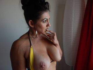 naked cam girl masturbating with vibrator QueenKarma